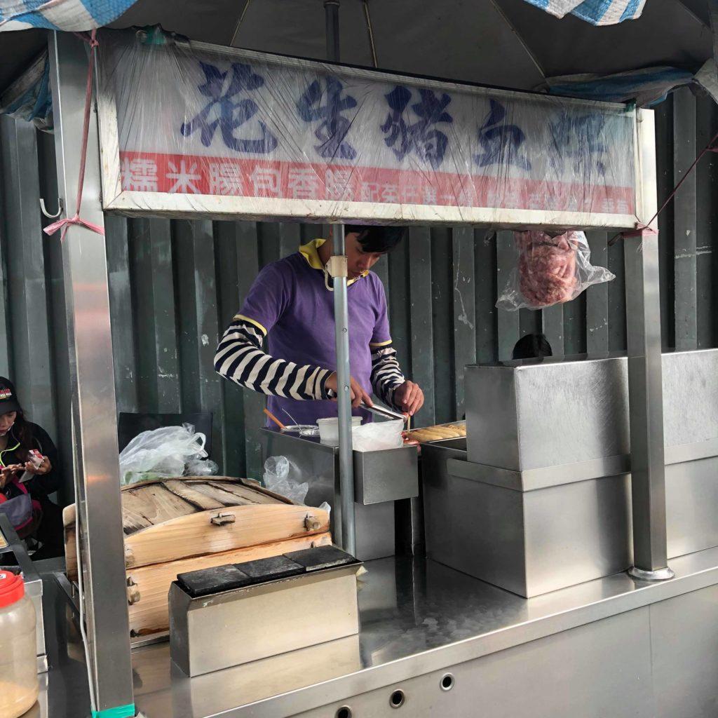 【食記】中影文化城│花生豬血粿│糯米腸包香腸│木炭飄香│近故宮博物院