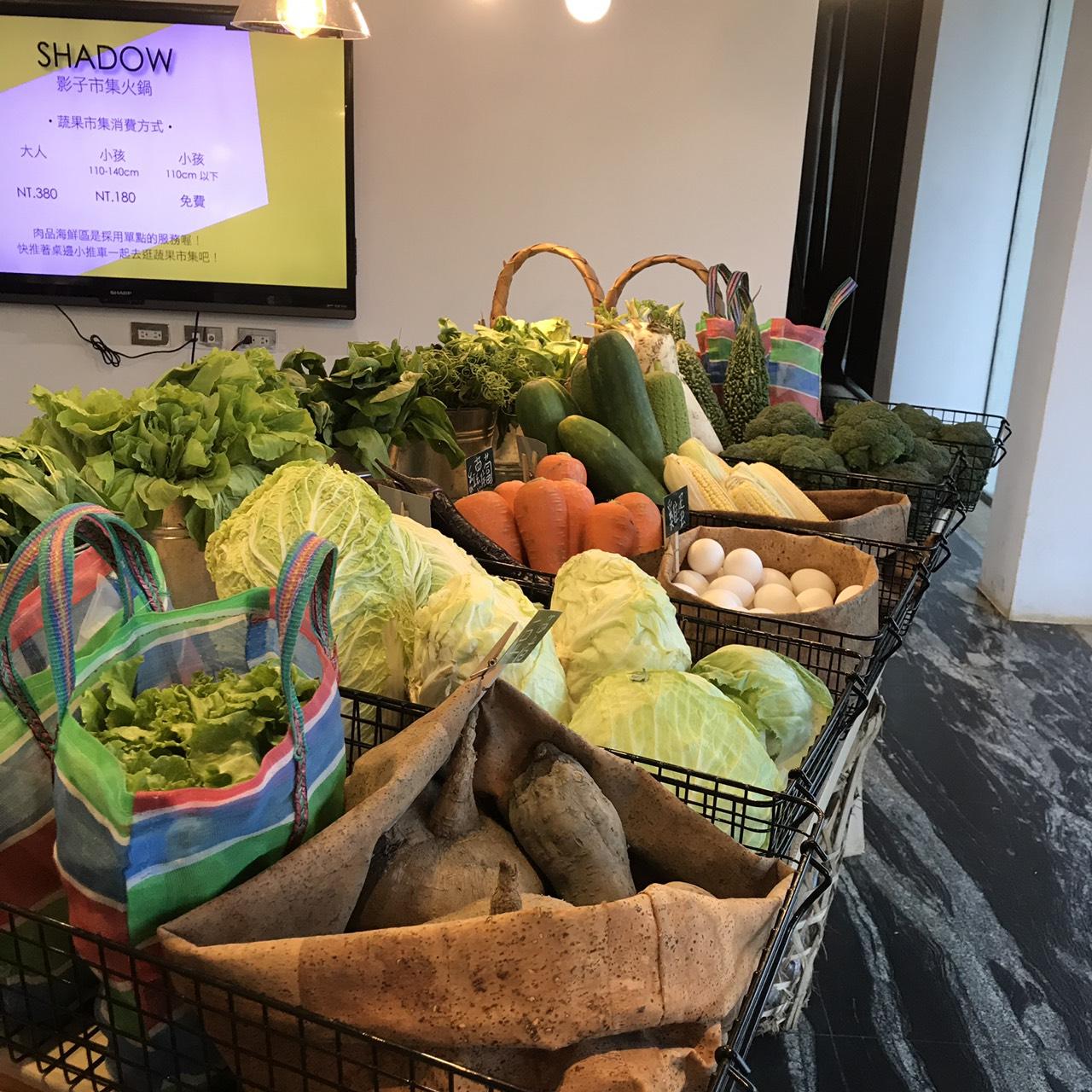 【食記】宜蘭五結鄉|人氣最旺火鍋店|影子鍋物|蔬菜自助現點現切吃到飽